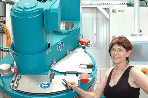 Frau Fuhrmann mit Fertigungsanlage